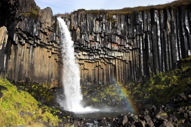 Formaciónes volcánicas de Svartifoss, similares a la Calzada de los Gigantes irlandesa, por enfriamiento súbito del magma.